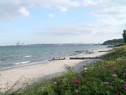 Stranden mot byn.