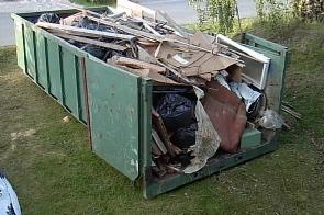 Container full av byggskräp och lite annat.