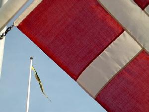 Flaggor vid kyrkan i Skagen